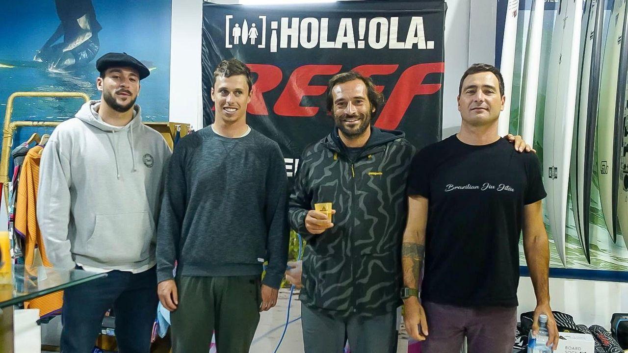 Surfistas campeones en Nazaréentrenan en Illa Pancha