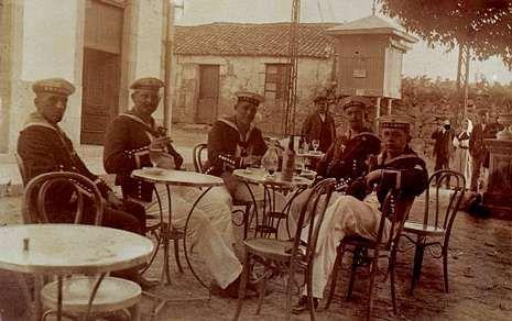 No solo la escuadra inglesa desembarcaba en Vilagarcía; en la imagen, un grupo de marinos alemanes.