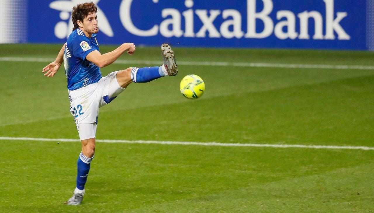 Blanco Leschuk Real Oviedo Tenerife Carlos Tartiere.Blanco Leschuk trata de rematar a portería ante el Tenerife