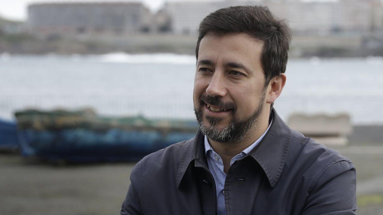 Antón Sánchez, de Anova, y Xulio Ferreiro, de las mareas municipalistas, junto al líder de Podemos en Galicia, Antón Gómez-Reino, y otros cargos de la formación morada en un mitin del 2015