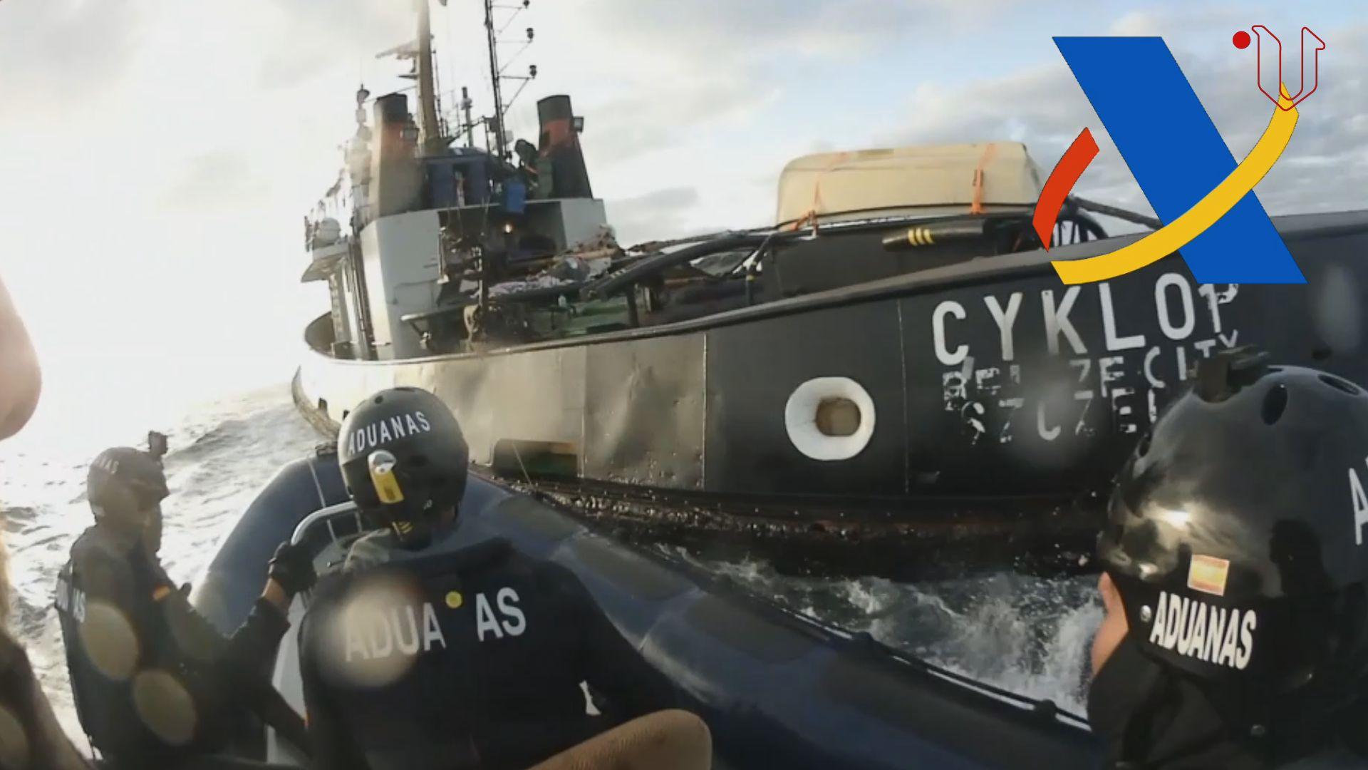 Así se abordó el remolcador que llevaba 15 toneladas de hachís.Fotografías de la embarcación interceptada en la Operación Gigante y de la carga de hachís que transportaba
