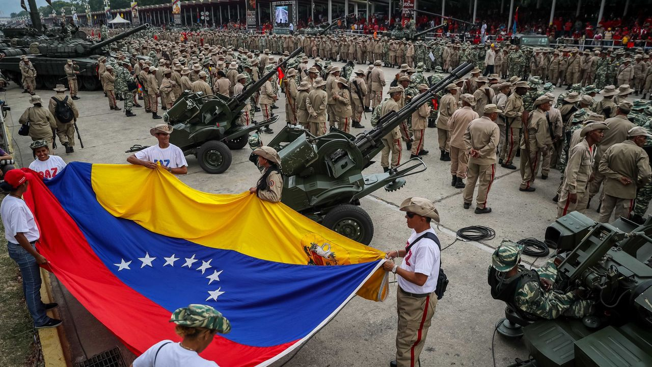 Así fue el momento en el que un tanque atropella a civiles en Venezuela.Maduro celebró con miles de milicianos el decimoséptimo aniversario del fracaso del golpe de Estado contra Hugo Chávez
