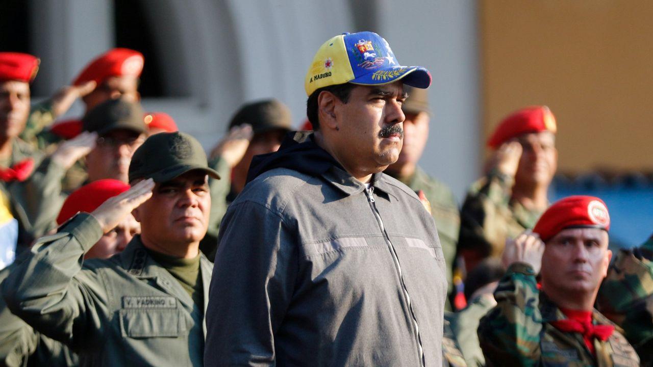 Los venezolanos no detienen su caminar hacia el exilio.Vista del puente fronterizo entre Colombia y Venezuela bloqueado para impedir la entrada de ayuda humanitaria