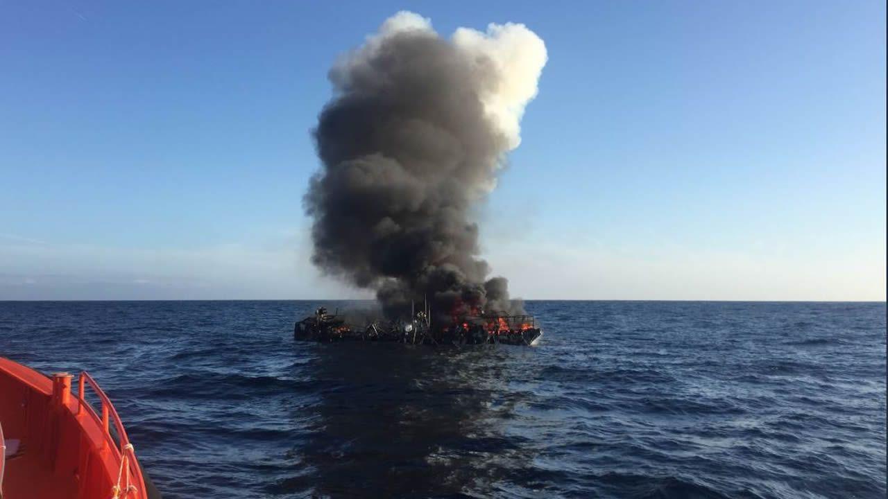 Así fue el rescate de los tripulantes del pesquero incendiado en Bares.Playa de Toró