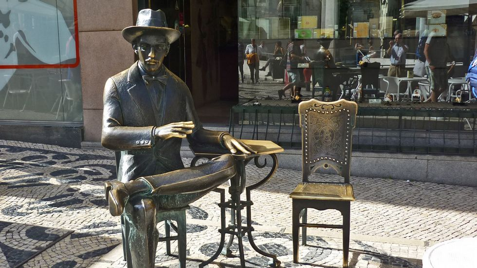 Estatua de Pessoa fronte a cafetería A Brasileira