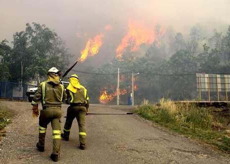 <span lang= es-es >El último gran incendio</span>. Dos brigadistas se dirigen al incendio forestal sufrido en la comarca de Valdeorras, donde ardieron durante tres días alrededor de 1.600 hectáreas.