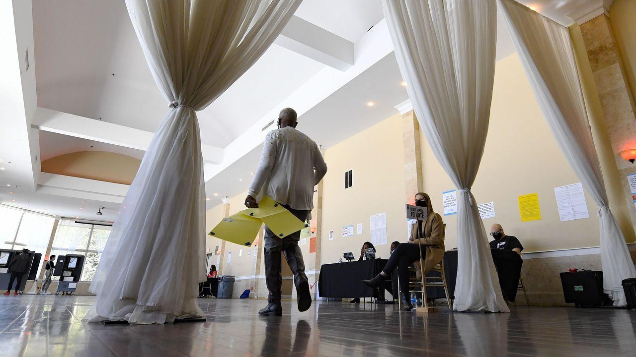 Una trabajadora electoral lleva papeletas en Atlanta