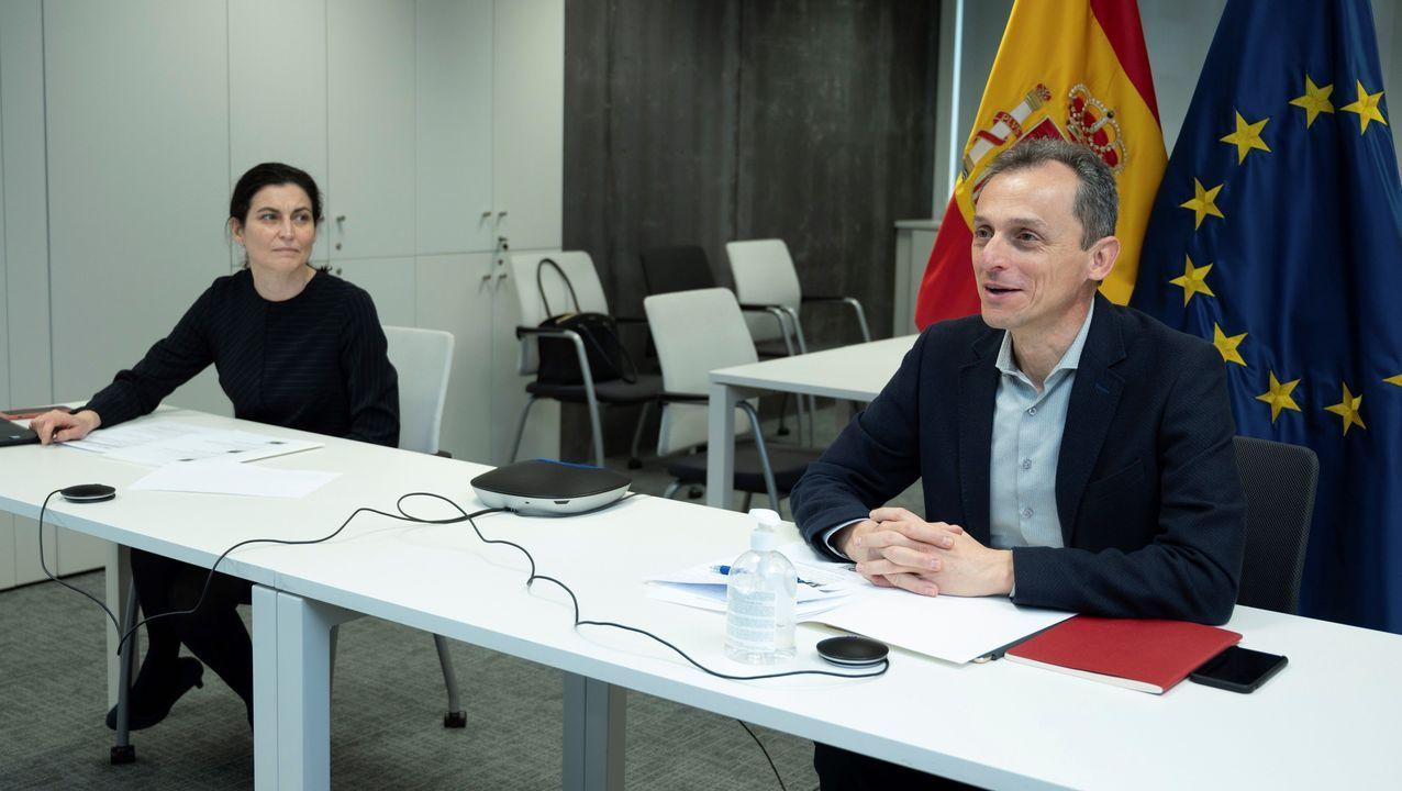 El ministro de Ciencia e Innovación, Pedro Duque, ha mantenido este viernes una videoconferencia con los responsables de cuatro ensayos clínicos financiados por el Fondo COVID que investigan sobre tratamientos frente a la enfermedad provocada por el coronavirus SARS-CoV-2