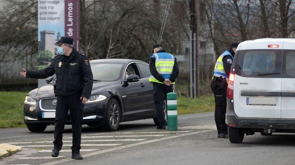 Agentes de las policías local y nacional en un control de movilidad en una de las entradas de Monforte a finales de enero