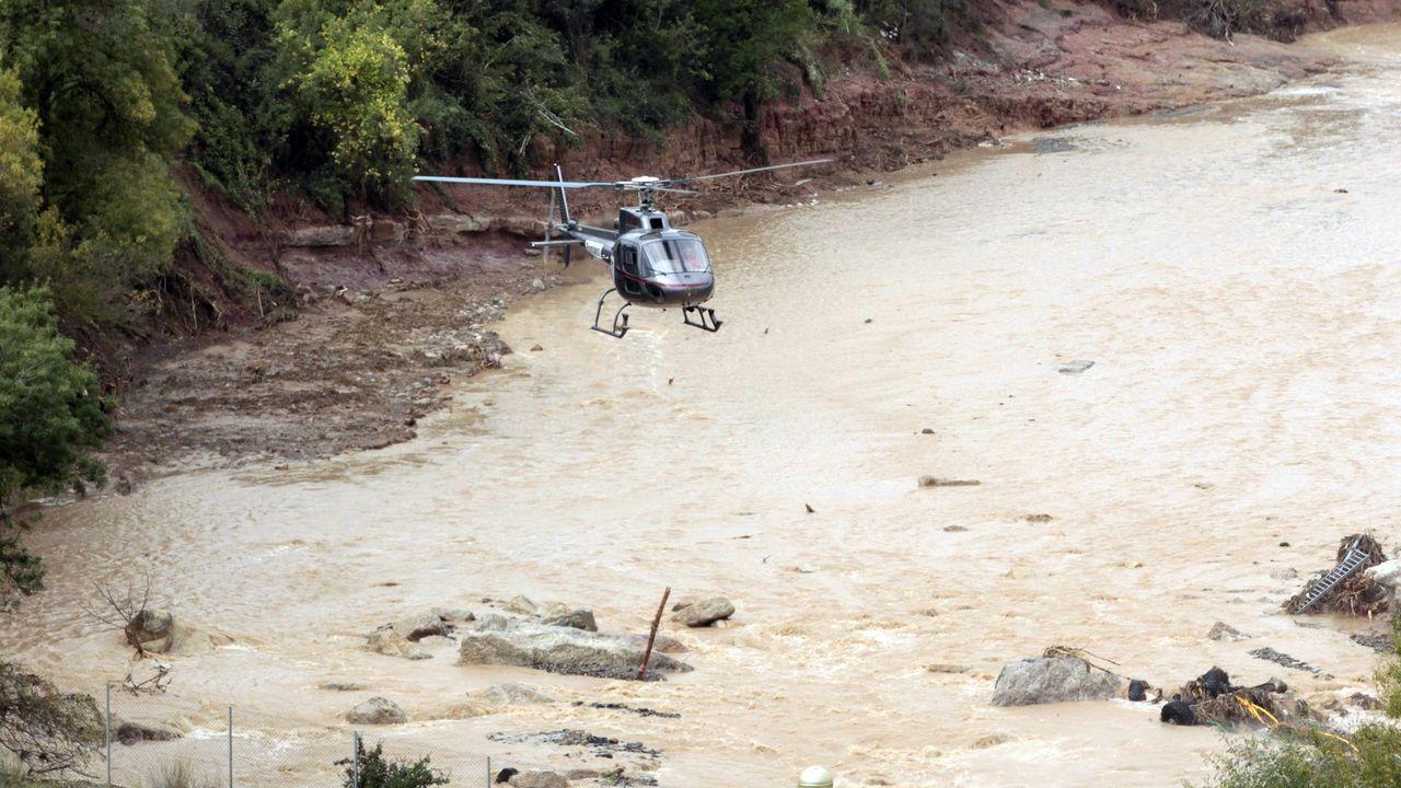 El temporal se ceba con Llanes.Un helicóptero trabaja en las tareas de búsqueda de las dos personas desaparecidas en L'Espluga de Francolí (Tarragona)