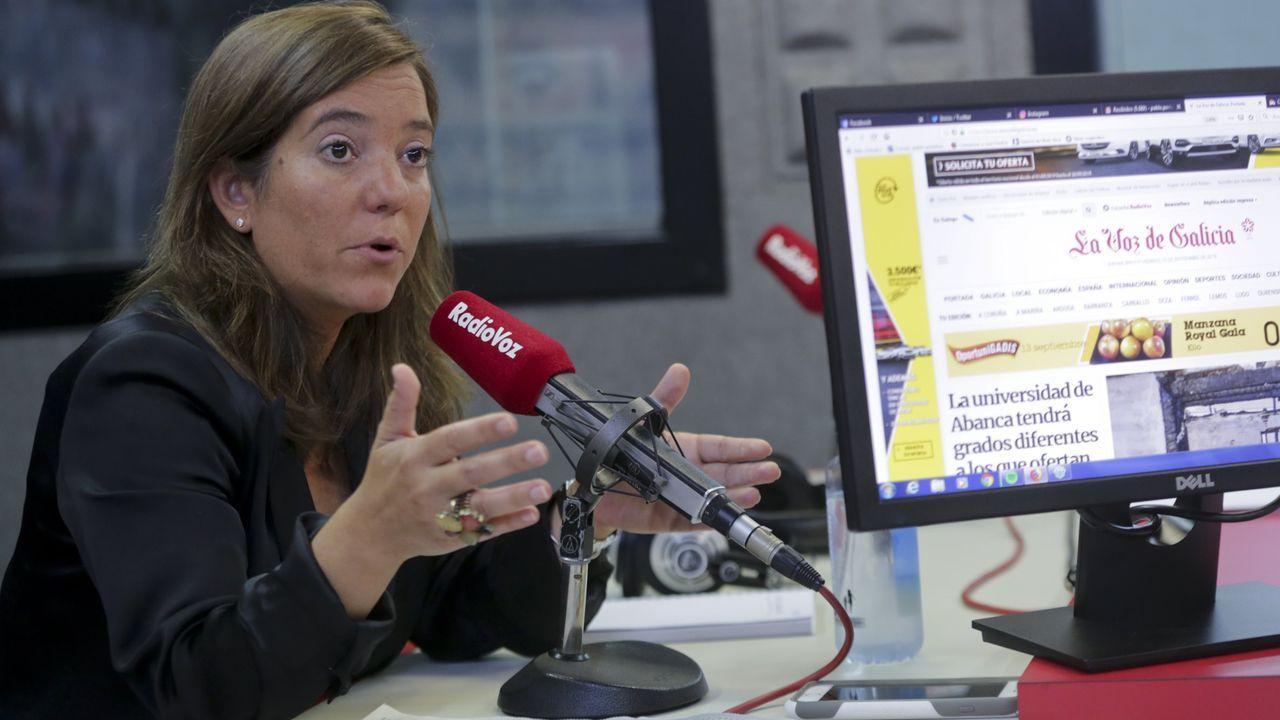 rey.Inés Rey contemplando una foto del día que tomó el bastón de alcaldesa en María Pita