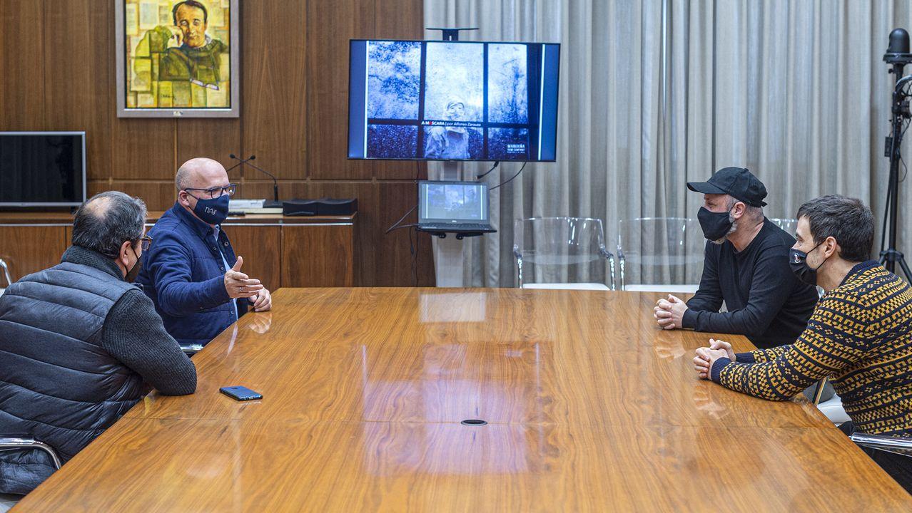 El presidente de la Diputación, José Manuel Baltar, recibió a uno de los triunfadores de los Premios Mestre Mateo, el director Alfonso Zarauza
