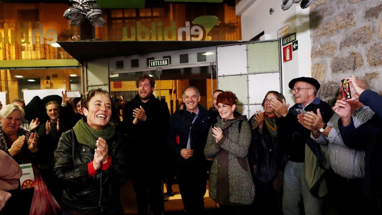 La candidata de EH Bildu al Congreso por Navarra celebrando los resultados de su formación