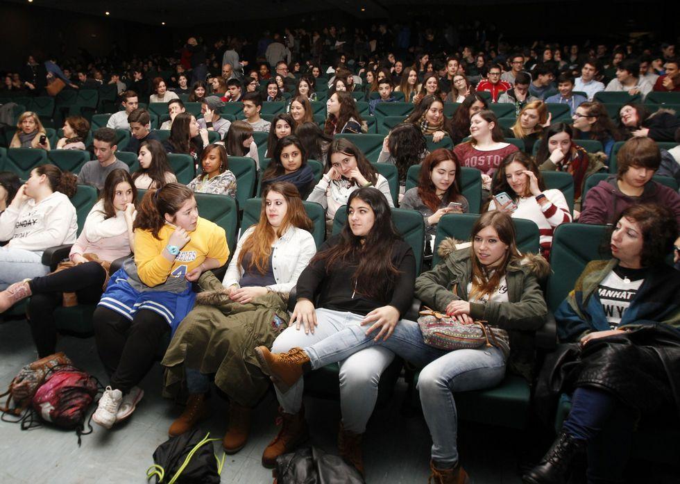 Representación de «Edipo Rey» de Sofocles SV Producciones (izquierda) y el público que asistió al auditorio Gustavo Freire.