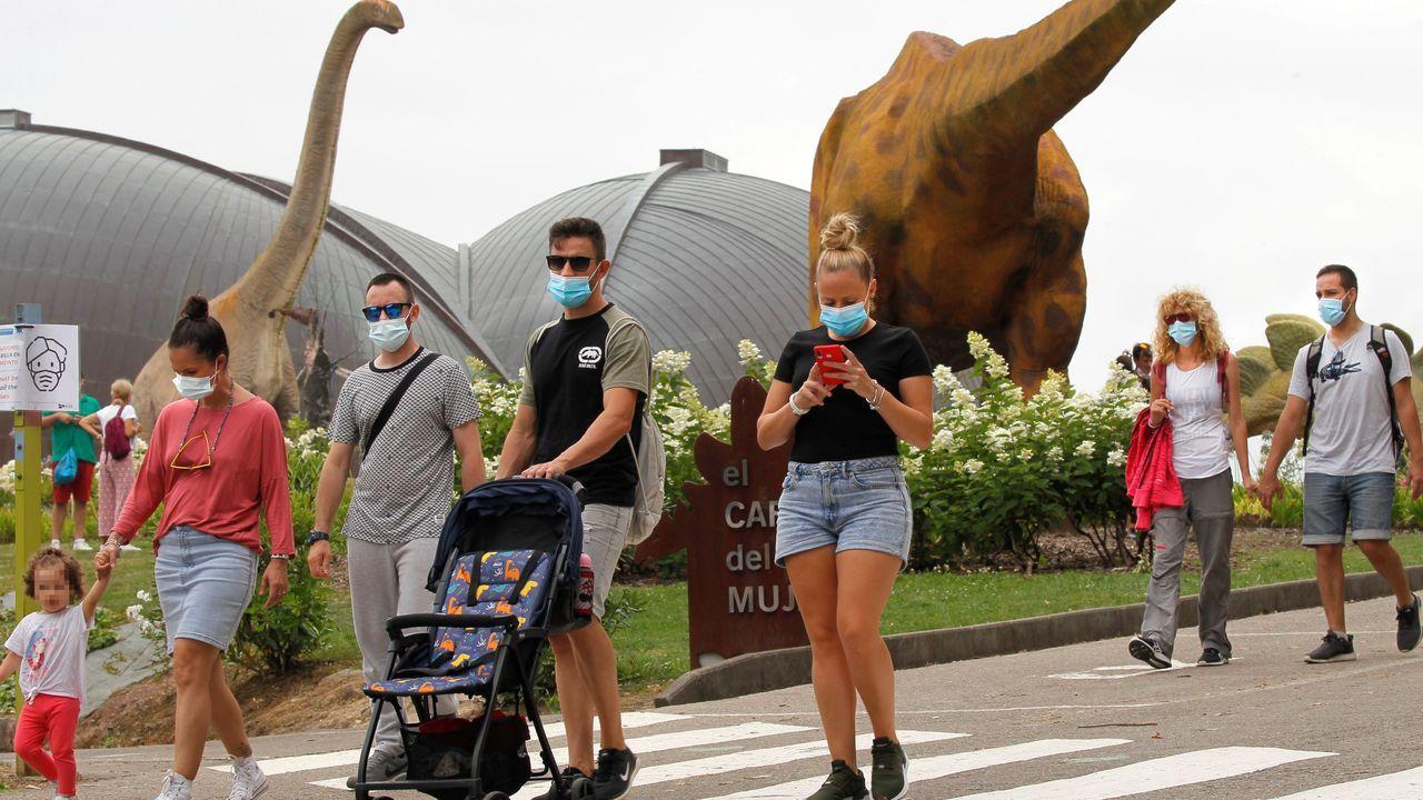 Grupos de turistas que aprovechan el día nuboso, este martes, en el Museo del Jurásico de Asturias (MUJA)