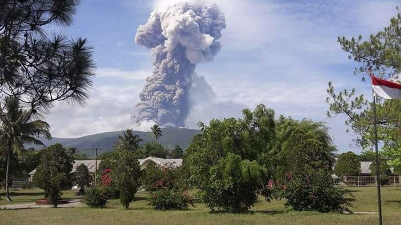 Entrega dos Berberechos de Honra en Noia.El volcán lanzó una columna de humo y cenizas de 4.000 metros