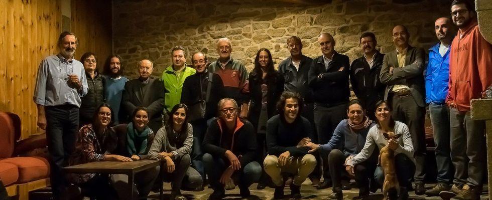 La veintena de integrantes del nuevo Instituto de Estudos Ulloáns posan tras celebrar su primera reunión en Chorexe.