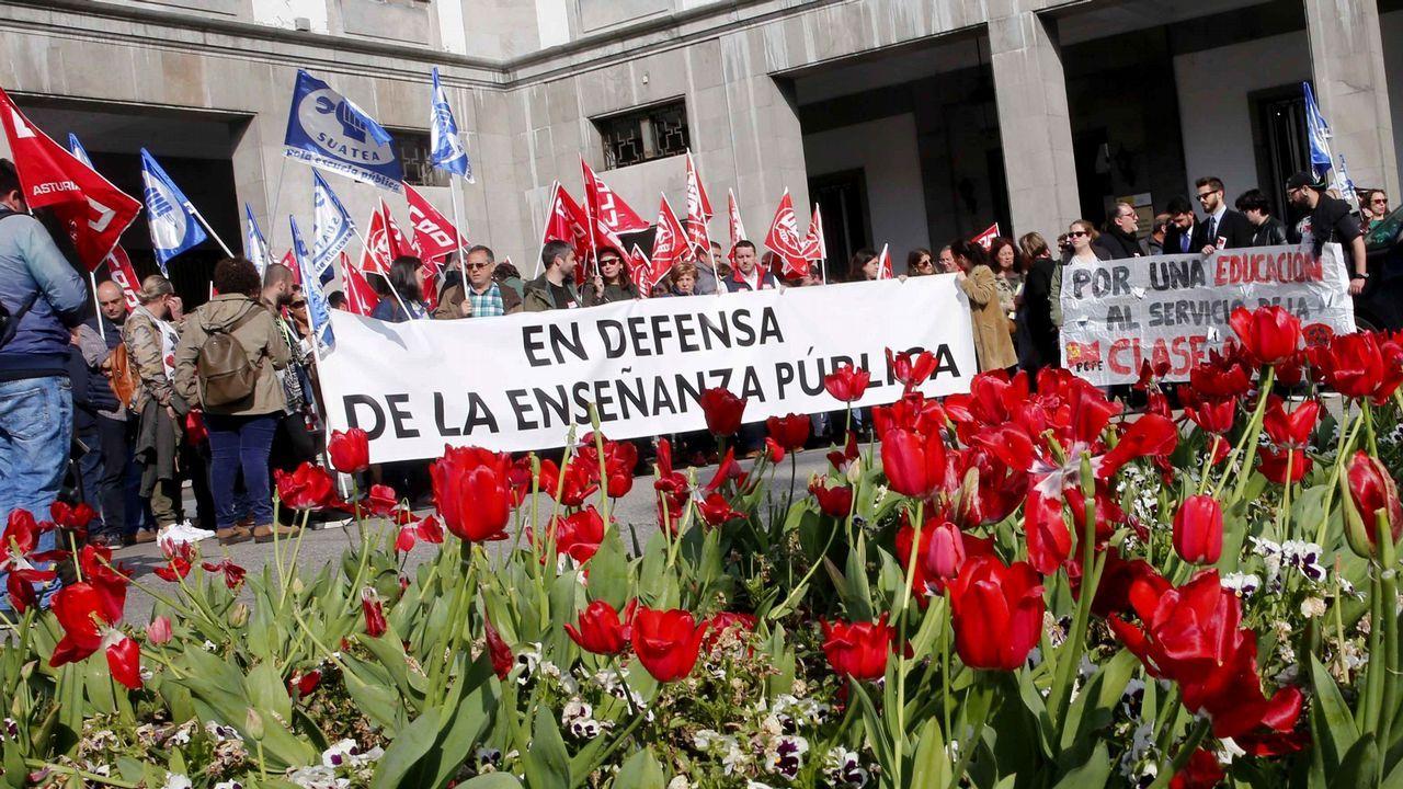 Aula de asturiano.Un centenar de personas han secundado hoy en Oviedo la concentración convocada por la plataforma por la escuela pública, de la que forman parte UGT, CCOO, SUATEA, la FAPA Miguel Virgón y el Sindicato de Estudiantes, en defensa de la educación pública y en contra de la Lomce