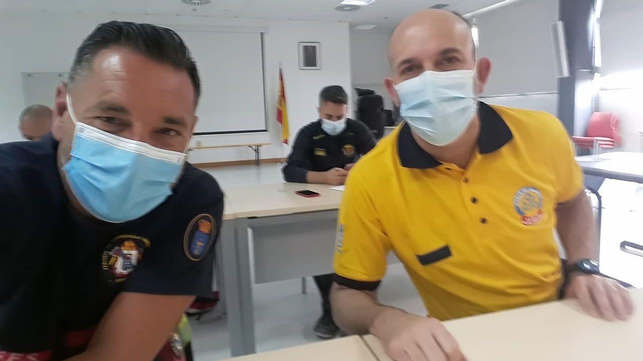 Mario Antuña con uno de sus compañeros del curso, José Luis Gadea, del Samur