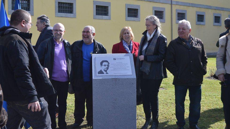El rector, Santiago García Granda, saluda al presidente del Principado, Javier Fernández, en presencia de Lalo Azcona y de Genaro Alonso.Acto en recuerdo del rector Alas