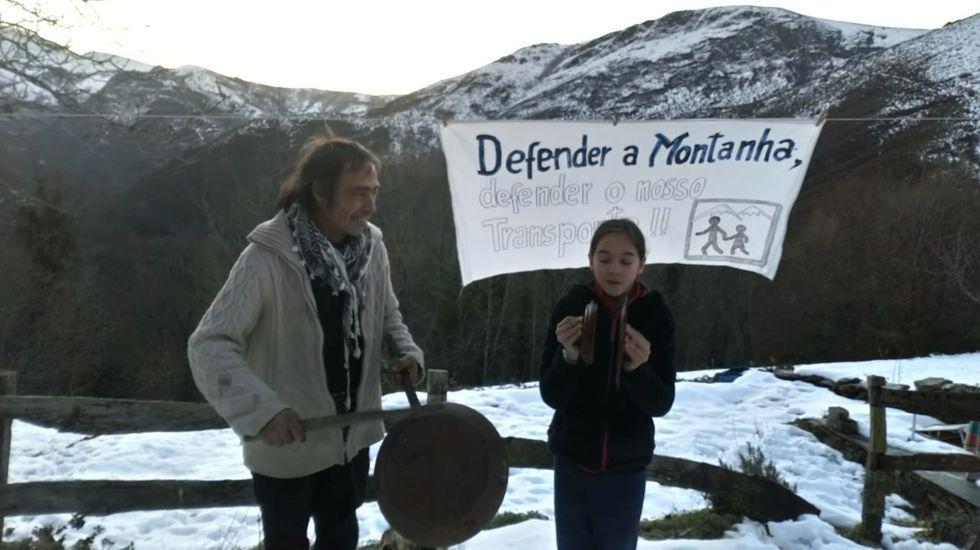 Detalle de la cacerolada de este domingo contra la decisión de modificar el contrato del transporte escolar