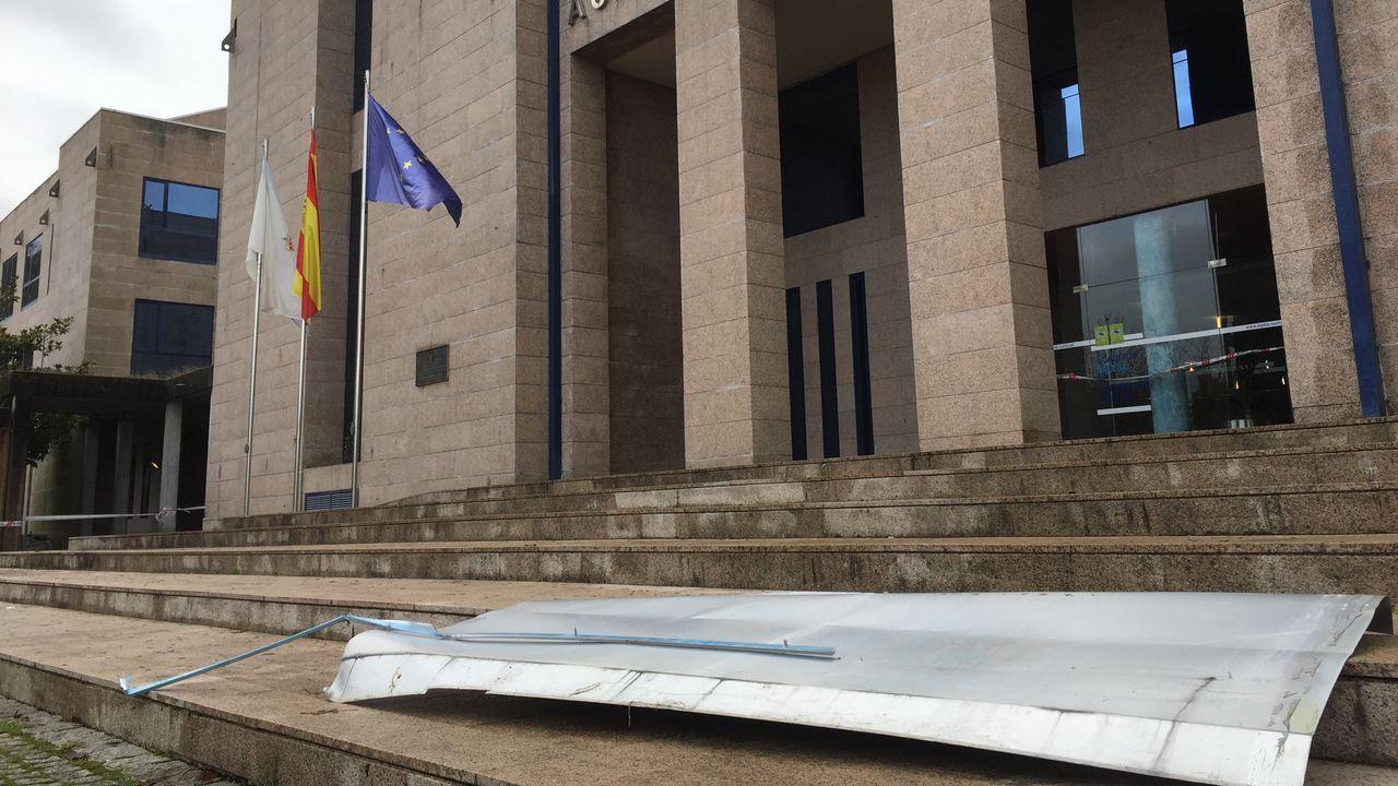 En A Estrada el viento desprendió la cubierta de la Academia Galega de Seguridade