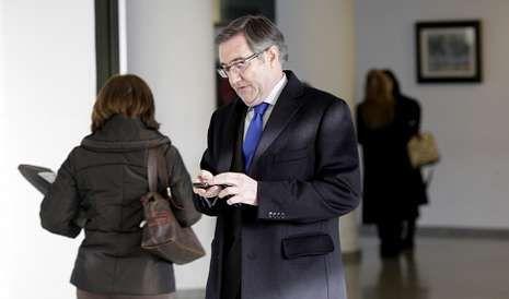 Ángel Currás revisa su móvil en los juzgados de Lugo, a los que acudió a declarar esta semana en el marco de la operación Pokémon.