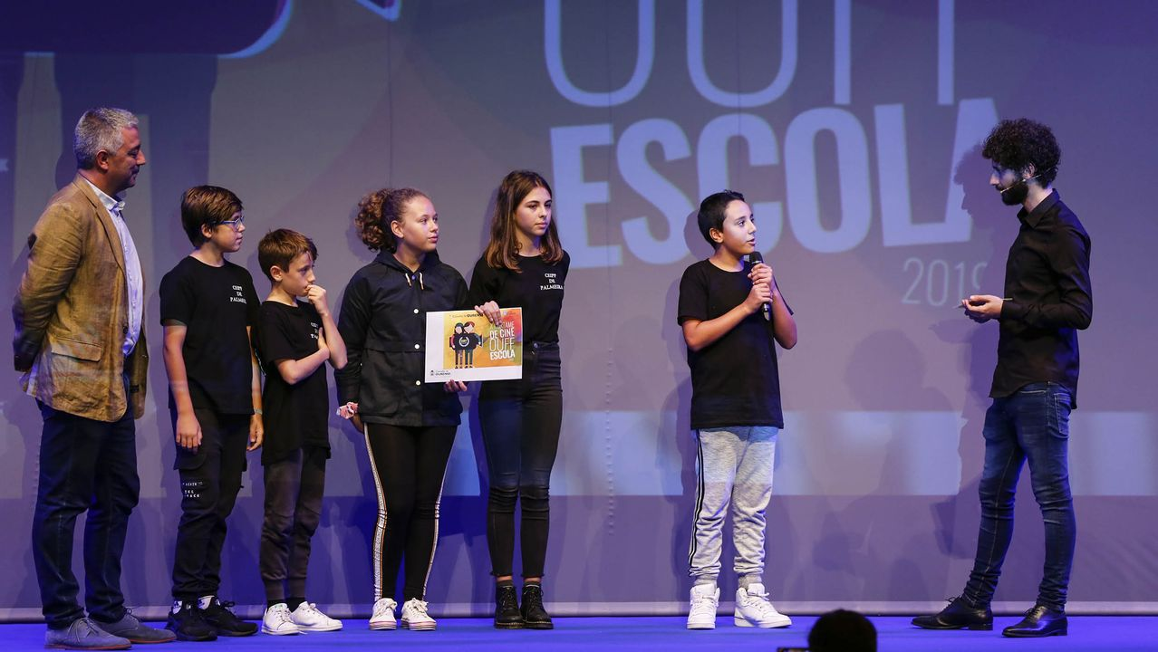 Alumnos del CEIP Plurilingüe da Palmeira recogen el premio por  Agapito vai de viaxe