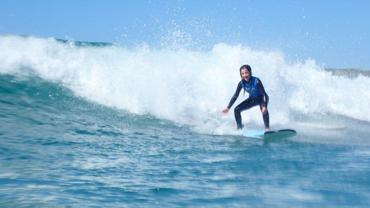 En la imagen, una alumna de la escuela Alawa Surf de Valdoviño