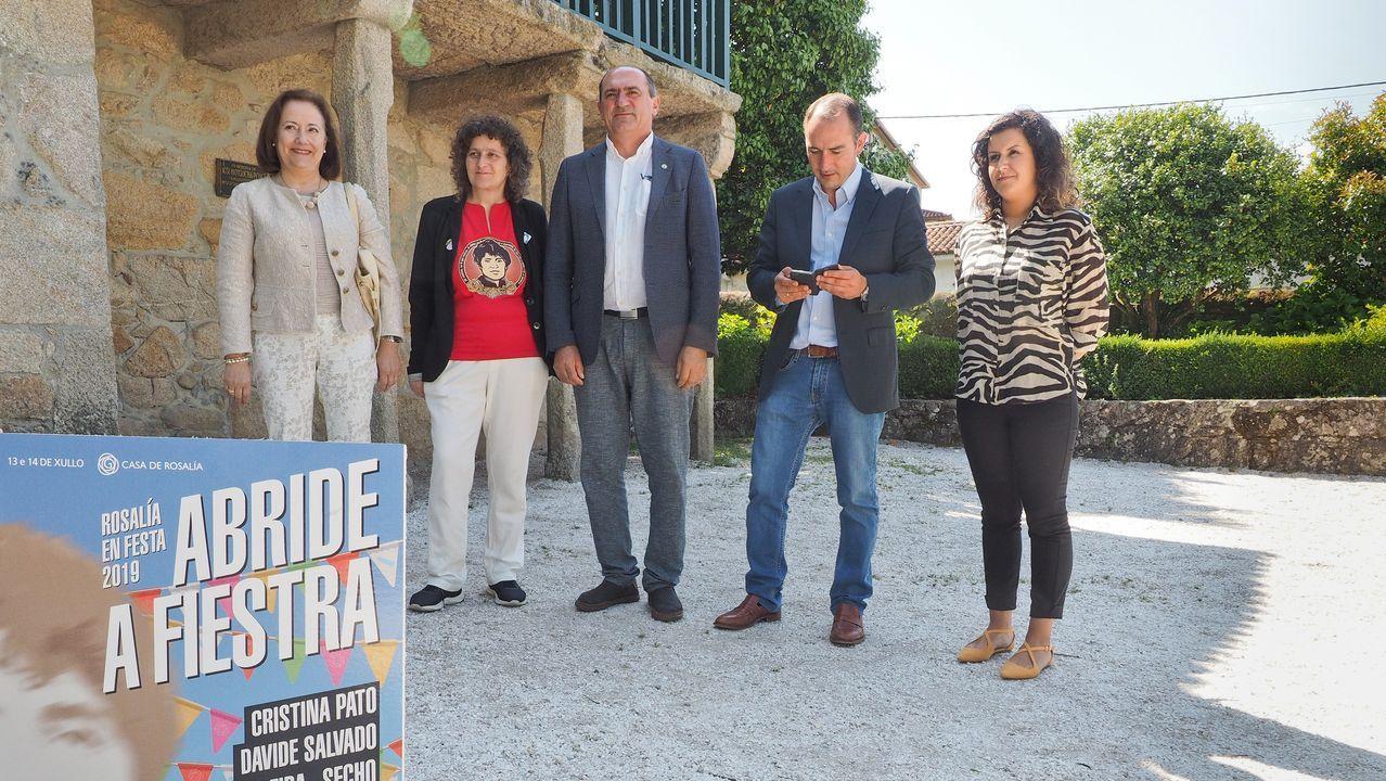 Cristina Pato interpreta «Negro caravel» junto a María Núñez, Xiana González y Patricia Sampedro, alumnas del IES As Lagoas.El proyecto se presentó junto a la escultura de la autora en la Alameda compostelana