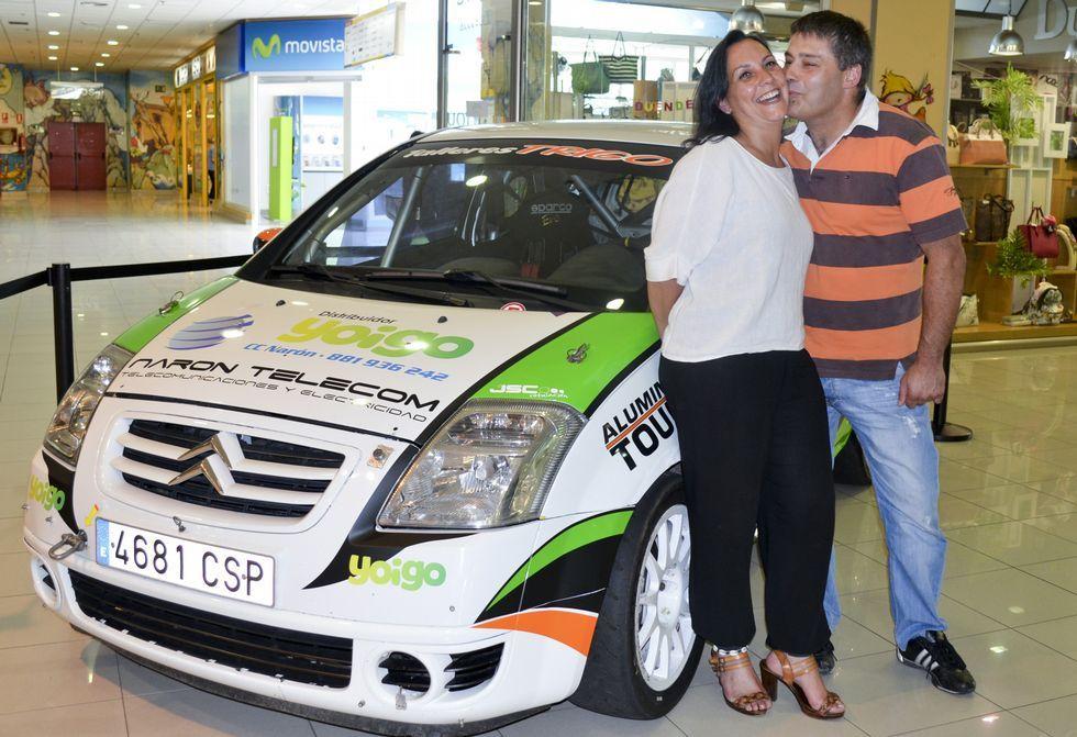 Patricia Lago y Fernando Rico, junto a su Citroën C2, expulesto en el Centro Comercial Narón.