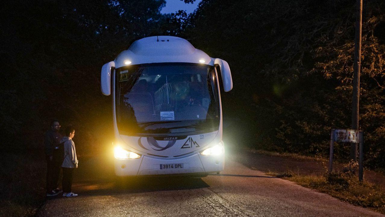Uxía debe esperar el autobús en una zona sin apenas tránsito
