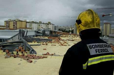 Bomberos de A Coruña realizan un simulacro en el centro Ágora.El temporal del 2006 se había llevado los tejados de dos bloques de viviendas.