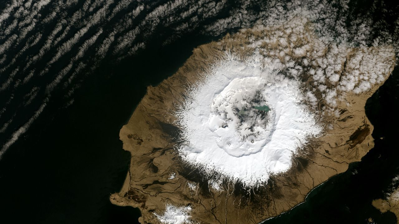 Imagen satelital del volcaán Okmok, en Alaska