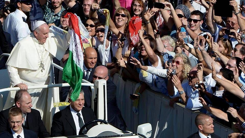 El papa Francisco intercambia una gorra con uno de los asistentes tras finalizar la audiencia general de los miérocles.