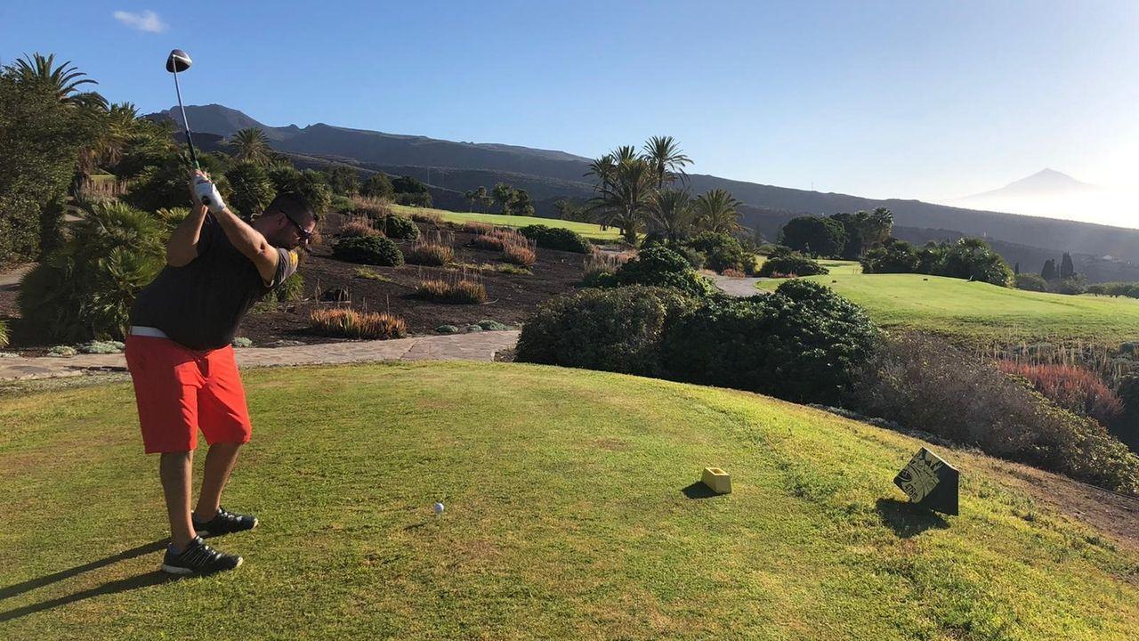 Un jugador de golf en la reapertura del campo anexo al hotel Jardín Tecina (La Gomera)