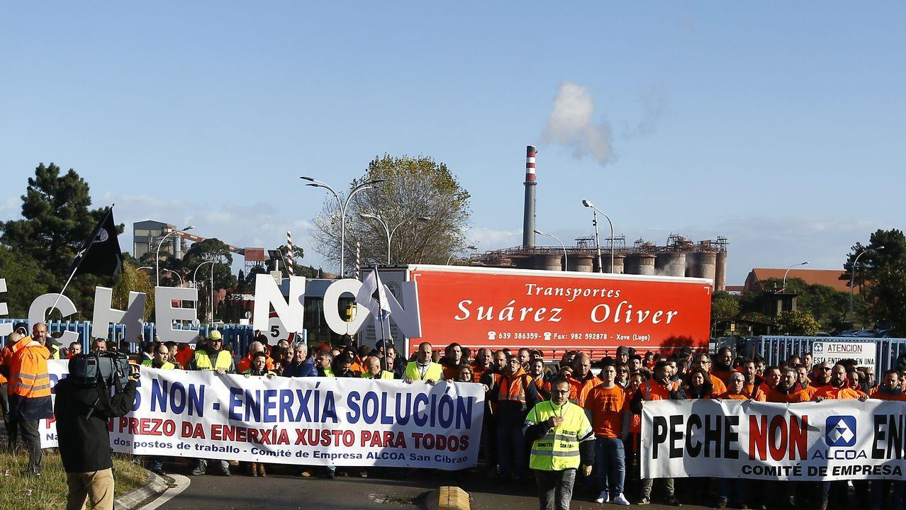Trabajadores concentrados delante de la planta de Alcoa en Avilés..Cajero de Liberbank