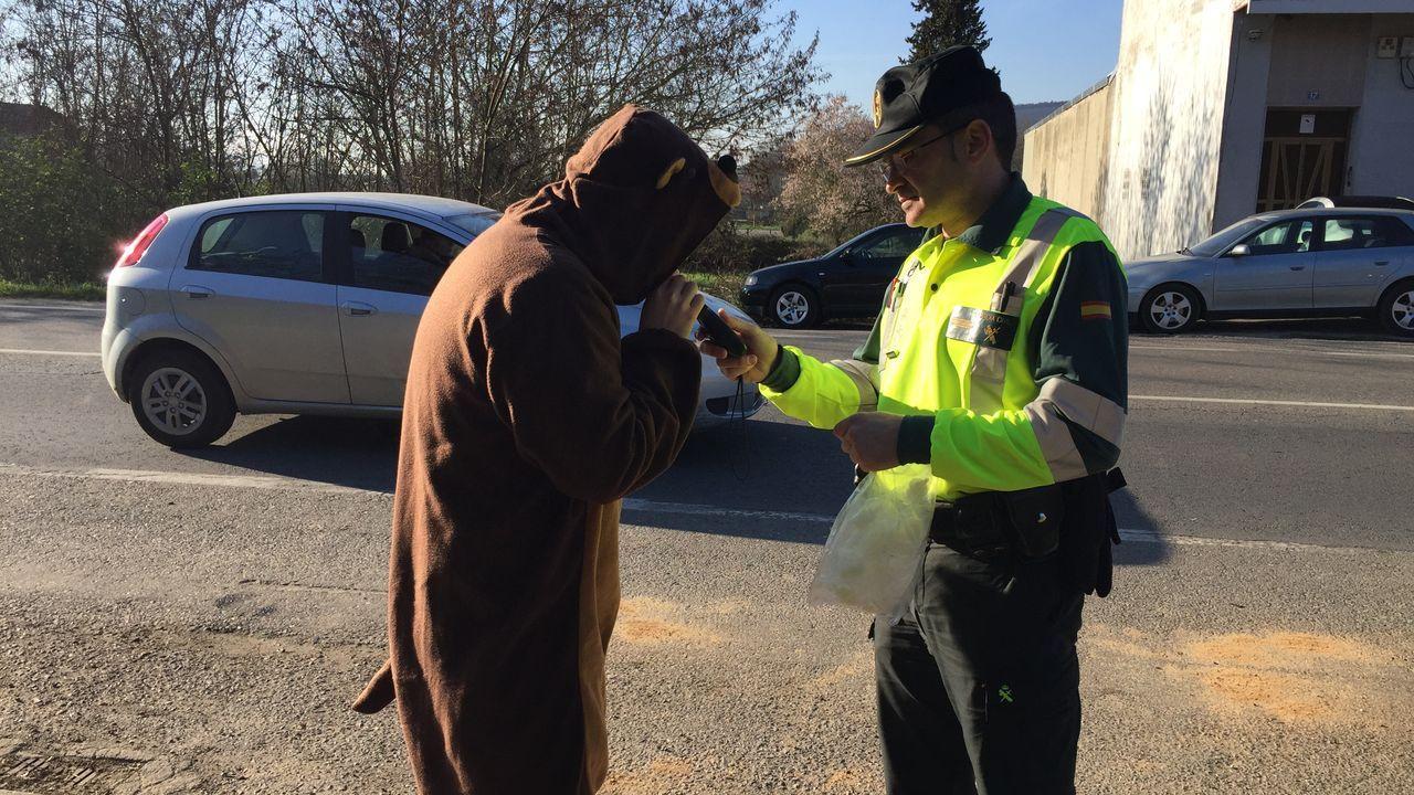 Retoman en Barbadás la búsqueda de la ourensana desaparecida.Uno de los detenidos en Ourense, rodeado de guardias civiles a la salida tras el registro de una casa en la calle Burgas