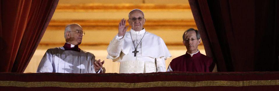 papanueva.Bergoglio, ya convertido en papa Francisco, saluda a los fieles en la plaza de San Pedro