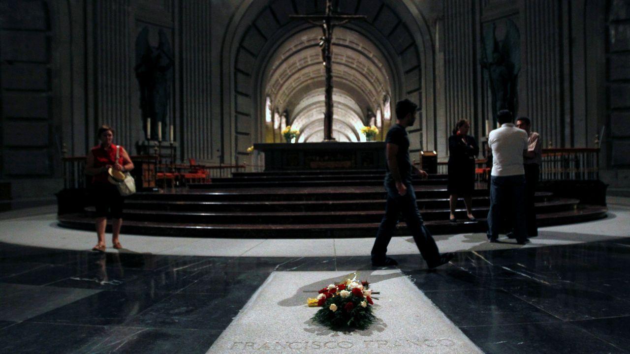 Traslado de la estatua de Franco.Flores sobre la tumba de Franco
