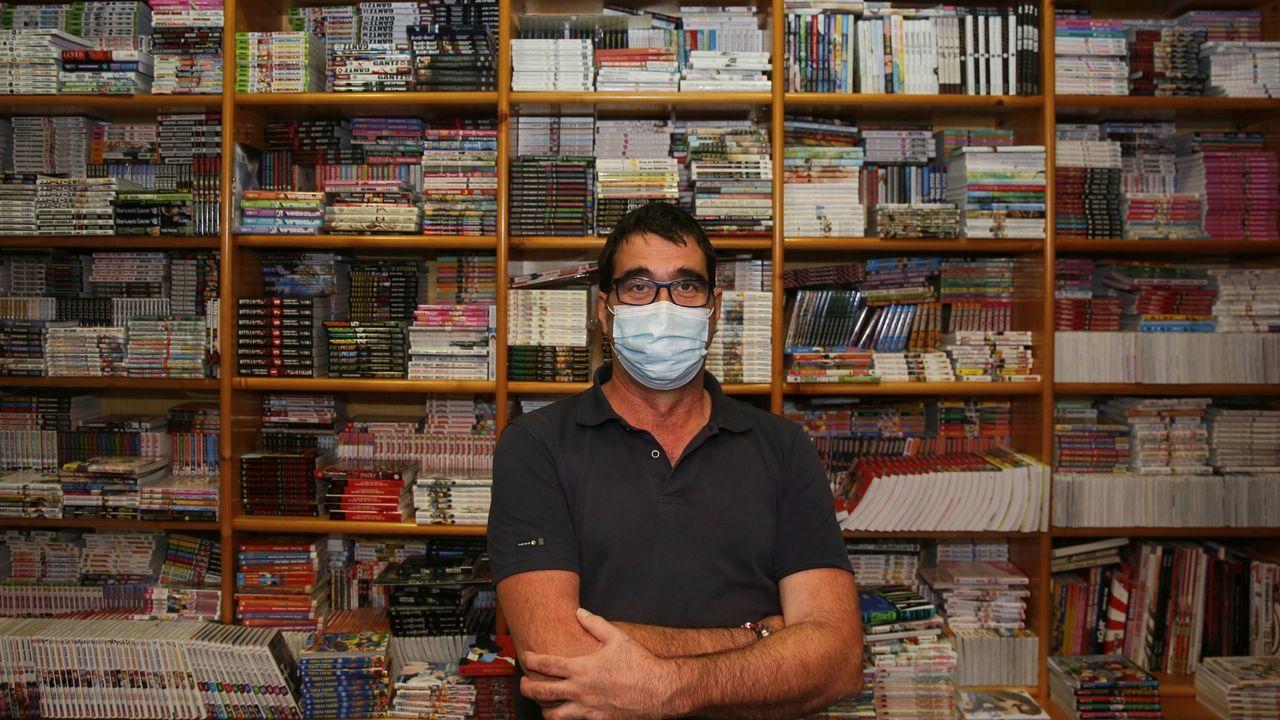 Cano Paz, propietario de la librería y que ya lleva 32 años al frente
