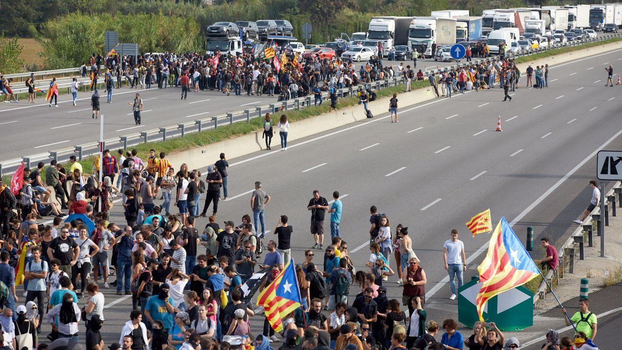 Centenares de manifestantes cortan la autopista AP-7 en Gerona en protesta por la sentencia del procés en la que se condena a los líderes independentistas a penas de entre 9 y 13 años por un delito de sedición
