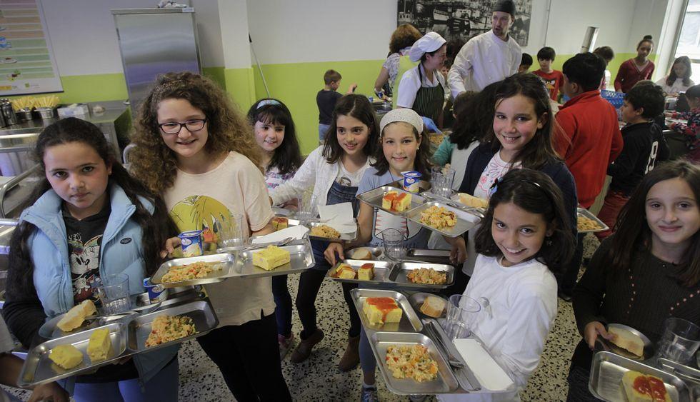 Los niños del colegio de Cambre comieron ayer polenta de maíz con queso y paella de marisco.