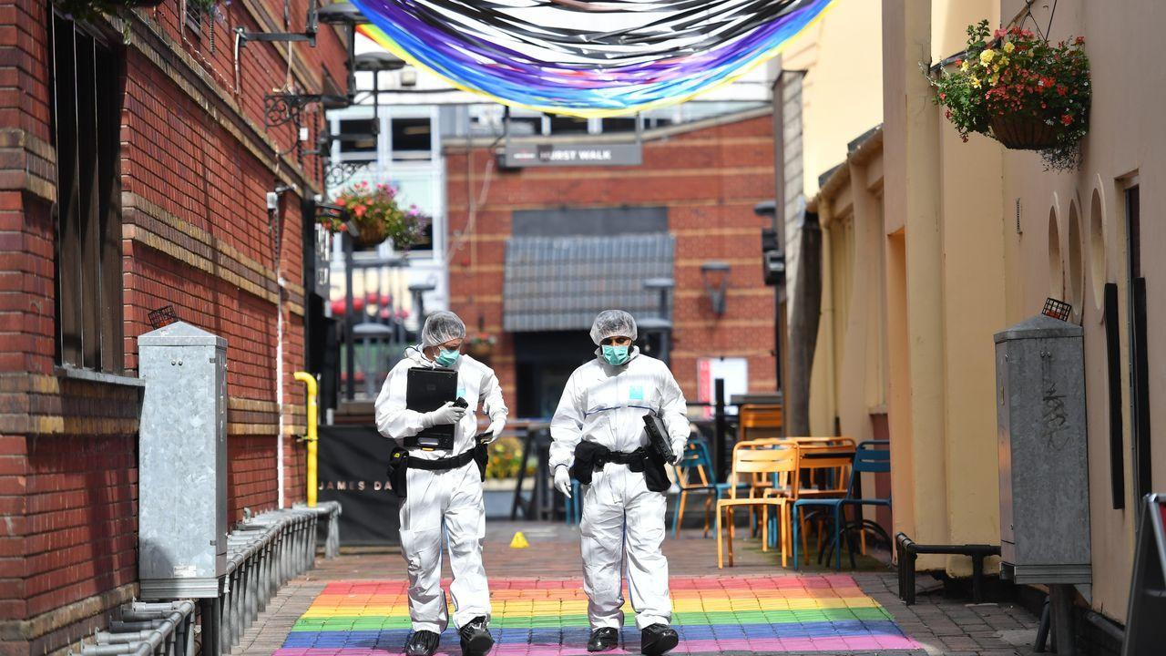 Dos agentes buscan evidencias en uno de los escenarios del ataque de Birmingham