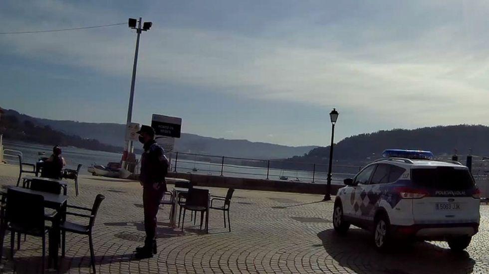 Policía Local de Ares durante un control, en una foto de archivo.