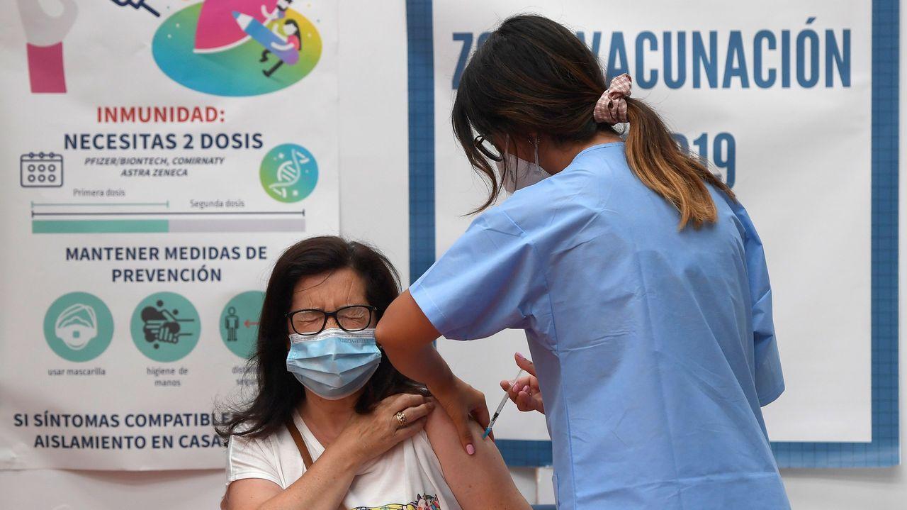 Una mujer recibe una dosis de la vacuna contra el Covid-19 en Avilés, Asturias
