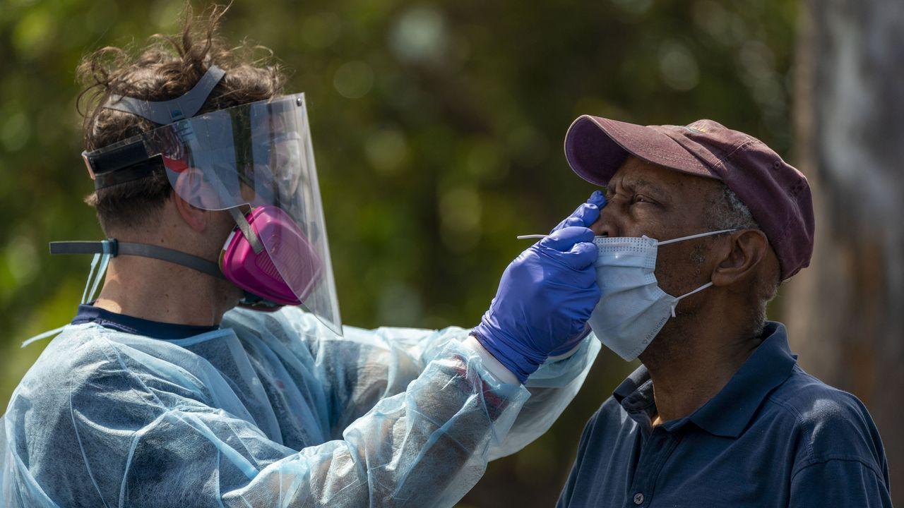 Un trabajador sanitario realizaba ayer una prueba  de covid-19 a un hombre del Osborne Community Center., en Lake Worth Beach, en Estados Unidos