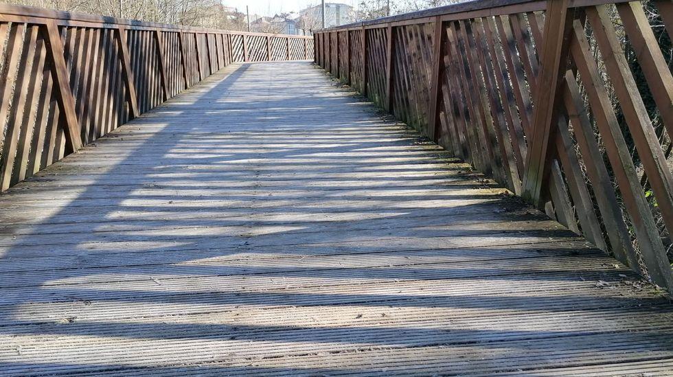 Imagen de la pasarela del paseo peatonal del Cabe, en el Parque dos Condes, poco después de las doce del mediodía