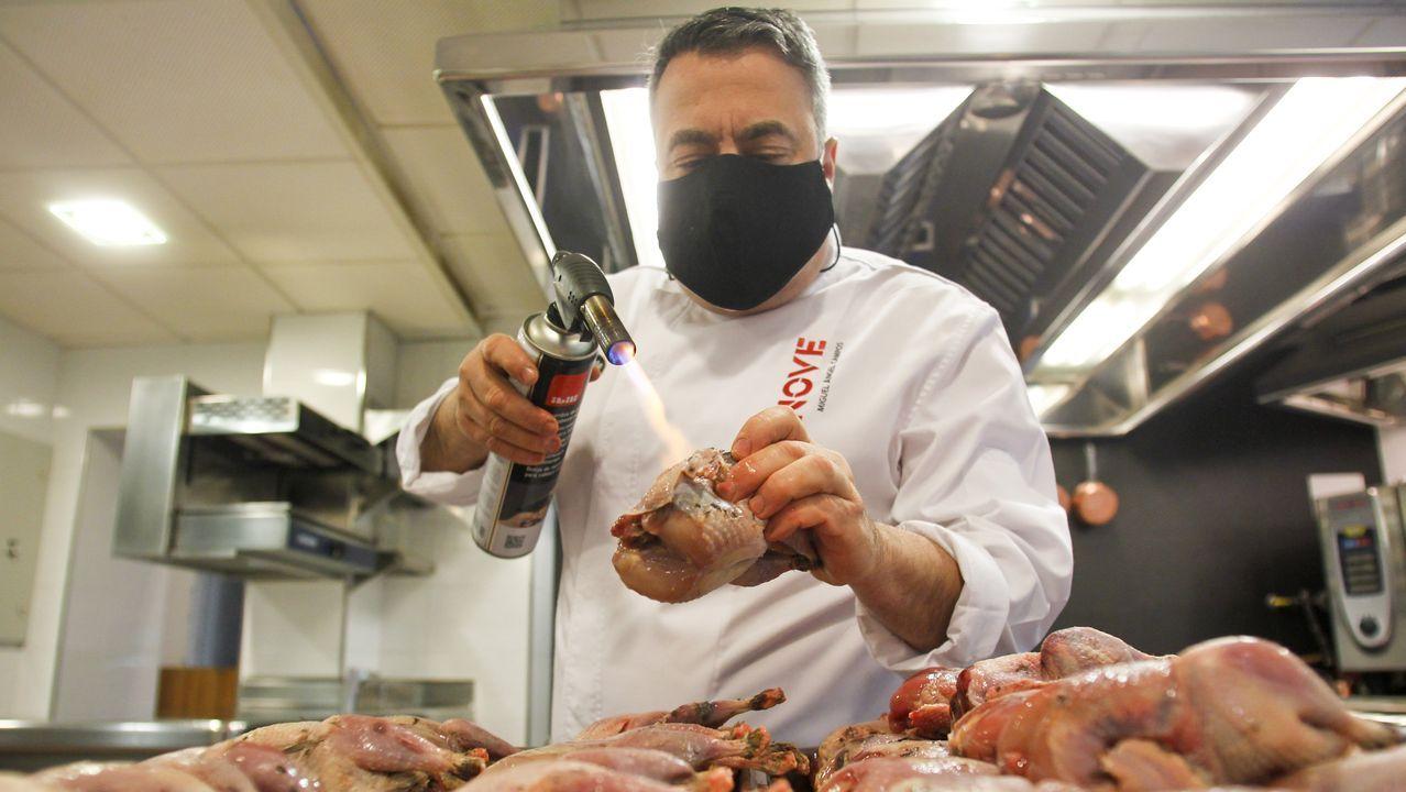 Miguel Campos, de A Gabeira, preparando unas perdices, uno de los platos que ofrecerá su restaurante para llevar los días 24 y 31