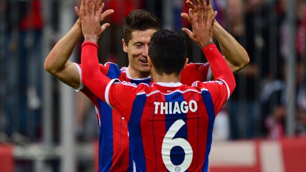 Aduriz: «Me siento muy afortunado».Aduriz, entre Thiago y Cesc